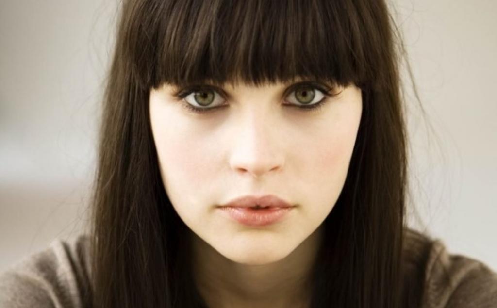 девушка с каштановыми волосами и зелеными глазами