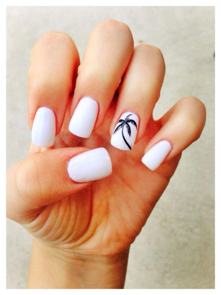 Пальма на белом маникюре.