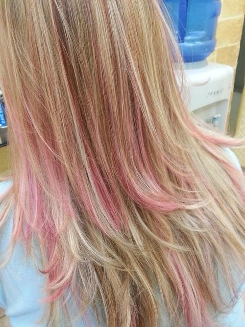 Розовые мелки на волосах