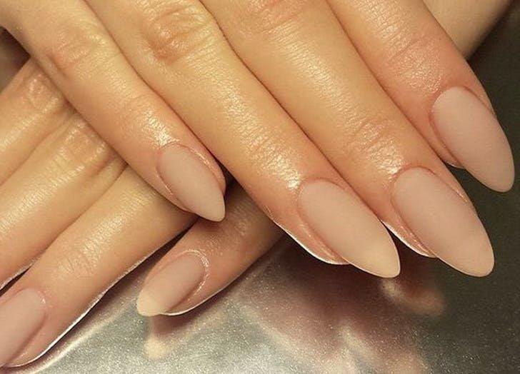 Длинные матовые бежевые ногти