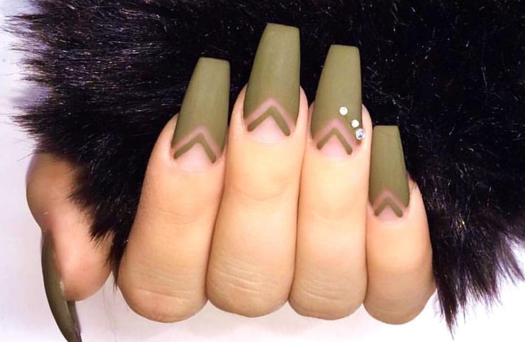 наращенные ногти с маникюром хаки