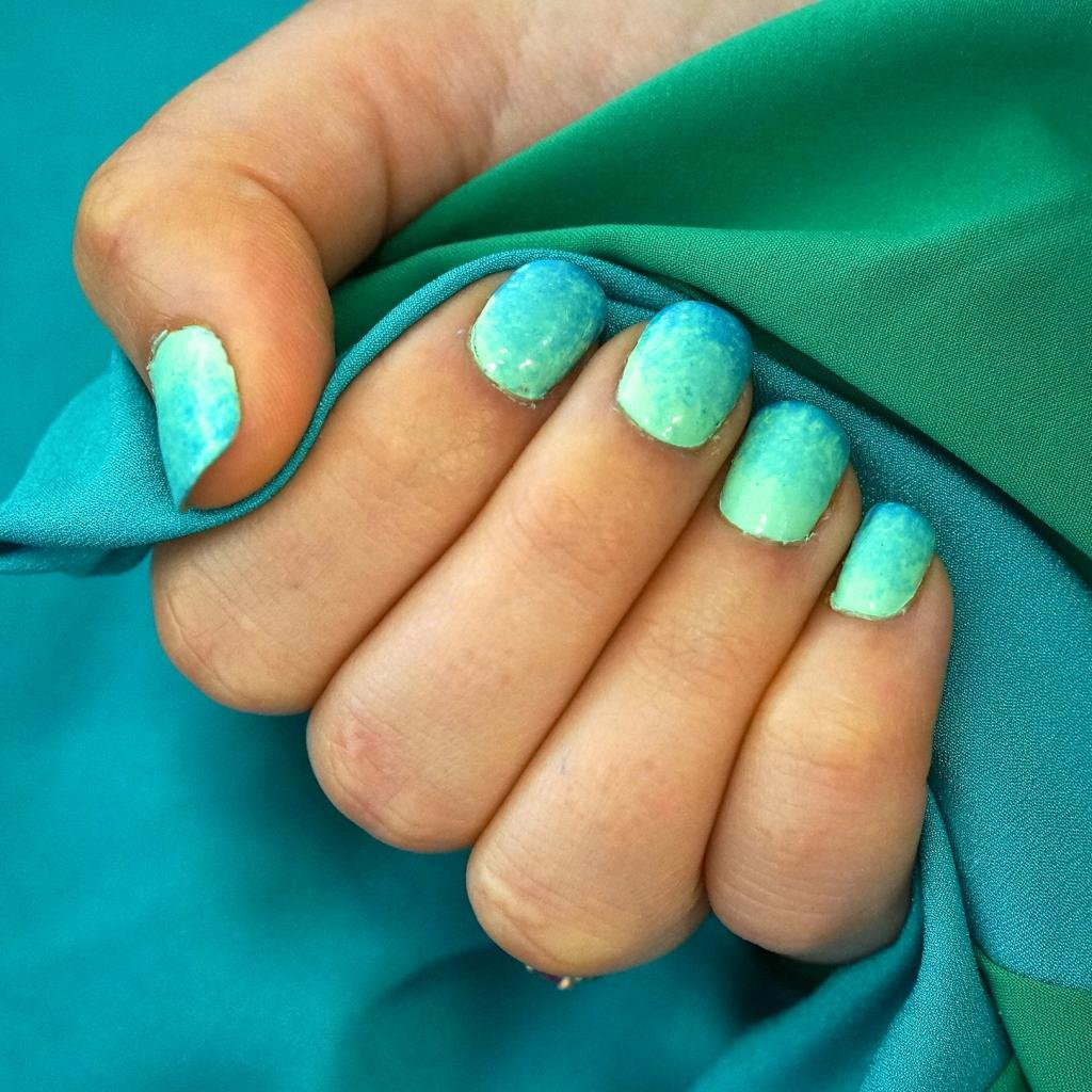 Омбре на круглых ногтях