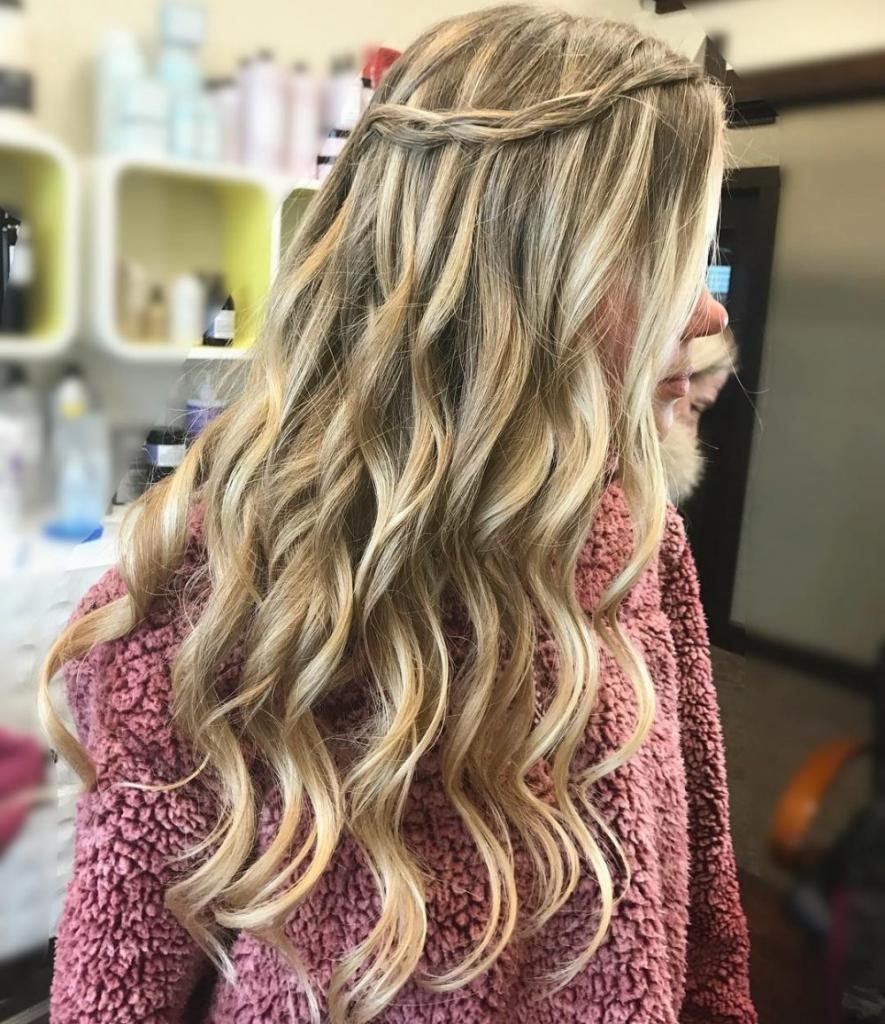 Прическа на волосы