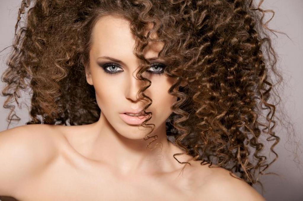 Крупная завивка на средние волосы